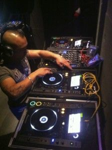 DJ Jonno (hardcore-DJ) in actie