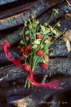 strawberry bouquet | Berry and Cherry Wedding |  Matrimonio primaverile rosso e verde http://theproposalwedding.blogspot.it/ #spring #wedding #cherry #berry #strawberry #matrimonio #primavera #fragole #ciliegie