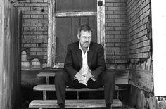 """.: Hugh Laurie, o doutor """"House"""" do seriado, volta à TV nesta sexta-feira .: #HughLaurie #House #DoutorHouse #DoctorHouse #Arte1 #HughLaurieDownByTheRiver #OVendedorDeArmas #EditoraPlaneta #PlanetaEditora #Resenhando #SiteResenhando"""