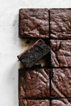 Secret Ingredient Bakery Style Fudge Brownies l Broma Bakery Blondie Brownies, Best Brownies, Cocoa Brownies, Dark Chocolate Brownies, Cheesecake Brownies, Mint Chocolate, Bakery Brownies Recipe, Chocolate Chips, Homemade Fudge Brownies