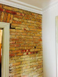 Rå mursten i stuen..
