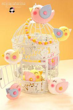 Vintage bird cage with felt birds Bird Crafts, Felt Crafts, Diy And Crafts, Theme Bapteme, Bird Party, Bird Theme, Felt Birds, Toy Craft, Felt Fabric