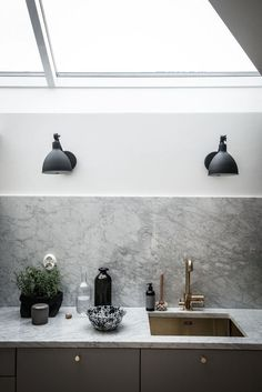 black and brass details swedish apartment style trend styling hygge warm textures natural materials brass exposed brick zinc roof decor untreated Kitchen Interior, New Kitchen, Kitchen Dining, Kitchen Decor, Kitchen Grey, Apartment Kitchen, Kitchen Ideas, Dining Room, Grey Home Decor