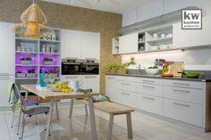 Helle, freundliche Familienküche mit indirekter Beleuchtung