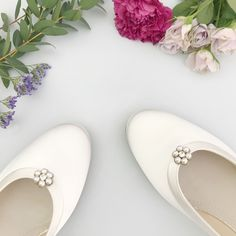 Flower shoe clips pearl and crystal Lena - Pretty up your Shoes with Britten Wedding Accessories Shoe Clips Bridal Shoes, Wedding Shoes, Flower Shoes, Shoe Clips, Pearl Flower, Crystal Wedding, Your Shoes, Bridal Accessories, Opal