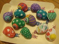 On a forcément envie de fêter ça avec les copains ! Et quand en plus on a une maman un peu écolo (et qu'on le devient aussi parce que à cet âge-là, les parents c'est encore méga-bien ce qu'ils font), on se doit de faire une invitation digne de ce nom.... Stone Crafts, Rock Crafts, Diy Arts And Crafts, Fall Crafts, Seashell Painting, Seashell Art, Seashell Crafts, Diy For Kids, Crafts For Kids