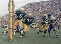 """""""Paul Hornung scores a TD (just avoiding the padded goal post) for the 1962 NFL Champion Green Bay Packers Green Bay Packers History, Green Bay Packers Fans, Go Packers, Packers Football, Greenbay Packers, Alabama Football, Nfl Football Players, Sport Football, School Football"""