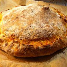 Ich koche heute: Pizzakuchen – gefüllt mit Salami, Paprika & Zwiebeln #Rezept zu finden hier: http://was-koche-ich-heute-rezepte.de/2013/11/pizzakuchen-gefuellt-mit-salami-paprika-zwiebeln/ #Kochen #Lecker #ichkocheheute