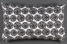 Coussin géométrique morceaux de fruit en noir et par MadameCoussins, €39,90