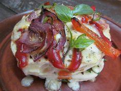 Тесто для пиццы, брынза, болгарский перец, красный лук, копченая грудинка, итальянские травы, петрушка, базилик, кетчуп,…