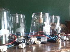Individuell gestaltete Lampenschirme aus Glas. Mit bunter Verkabelung