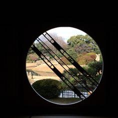 岡山後楽園。茶室の丸窓から。日本庭園。