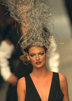 ☆ Linda Evangelista | Karl Lagerfeld | Spring/Summer 1996 ☆ #Linda_Evangelista #Karl_Lagerfeld #Spring_Summer_1996 #Catwalk #Model #Fashion #Fashion_Show #Runway #Collection