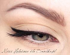 Jeśli chcecie, by Wasza kreska była trwała  i wodoodporna, lepiej użyć eyelinera w żelu. Pierwsze kroki jednak zalecam stawiać używając cieni, bo są one bardziej przyjazne w użyciu. Pamiętajcie, by każdorazowo otrzepać pędzelek, by cień nie osypywał się na policzki.