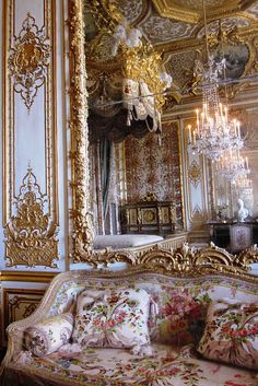 rococo architecture which was very common throughout Louis XV's reign. This rococo style emphasized asymmetry and the usage of pale colors. Versailles ~ The Queen Bed Chamber ~ It was from this room that Marie Antoinette fled from rioters on July Rococo, Baroque, Chateau Versailles, Palace Of Versailles, Versailles Garden, Marie Antoinette, Classic Decor, French Decor, Interior And Exterior