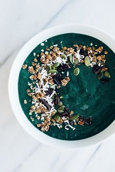 Find out what kind of smoothie bowl breakfast recipes there are that you can start your day with. Smoothie bowl recipes are a healthy way how to eat breakfast they are super tasty as well. We have 20 different smoothie bowl breakfast recipes for you! Smoothie Vert, Smoothie Cleanse, Juice Cleanse, Cucumber Smoothie, Cleanse Detox, Healthy Green Smoothies, Winter Smoothies, Vegetarian Smoothies, Vegetable Smoothies