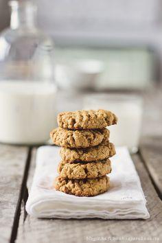Maapähkinävoi-kaurakeksit (pellillinen)  1 dl maapähkinävoita 1 dl fariinisokeria 1 muna 2 dl kaurahiutaleita 1 tl leivinjauhetta  Lämmitä uuni 175 asteeseen.  Sekoita keskenään maapähkinävoi ja fariinisokeri tasaiseksi massaksi (onnistuu helpoiten yleiskoneella, mutta järjestyy myös käsin). Sekoita joukkoon kananmuna. Lisää sen jälkeen kaurahiutaleet ja leivinjauhe.  Paista n. 7-10 minuuttia, kunnes keksien pohja ja päällinen ovat kauniisti ruskistuneet. Jäähdytä ritilällä ennen tarjoilua.
