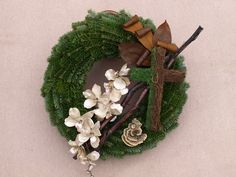 dušičková dekorace výroba - Hledat Googlem Christmas Pine Cones, Christmas Diy, Christmas Wreaths, Christmas Decorations, Holiday Decor, Funeral Flower Arrangements, Funeral Flowers, Wood Crafts, Diy And Crafts