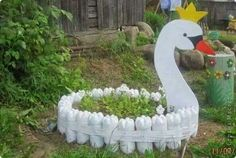 10 DIY Garden Creature Ideas Made from Recycled Materials Recycled Garden, Diy Garden, Garden Crafts, Garden Planters, Garden Projects, Garden Ideas, Recycled Yard Art, Yard Art Crafts, Terrace Garden