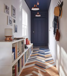 blue door and ceiling in entryway with parquet flooring Home Design: Interior Design Ideas for Conte Decor, House Styles, House Design, Sweet Home, Interior, Floor Design, Home Decor, House Interior, Home Deco