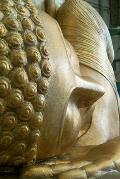 Talla: Corporeo de Buda sobre núcleo de poliespan. Superficie endurecida. Acabado antiguo en micronizado bronce - aluminio - resina - cera. Realización: www.troppovero.com