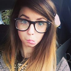There are 2 tips to buy zoella, zoe sugg, glasses, sunglasses. Georgie Henley, Zoe Sugg, British Youtubers, Cool Sunglasses, Cute Hairstyles, Her Hair, Beautiful People, Pretty People, Hair Makeup