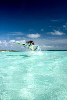 Maak iedereen jaloers met een vakantie naar het prachtige Bonaire! Met haar witte stranden en helder blauwe zee wordt jouw vakantie heerlijk! Ga duiken of snorkelen en ontdek de prachtige onderwaterwereld, of ga een watersport doen, want ook hier is Bonaire perfect voor! Je kunt natuurlijk ook lekker op een strandbed met je ogen dicht gaan liggen en lekker zonnen! https://ticketspy.nl/?p=125540
