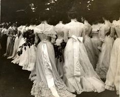 vintage everyday: The Beauty of Edwardian Women – Charming Photos of 'Ladies from the Back' in the Rare Historical Photos, Historical Costume, Historical Clothing, Vintage Inspired Dresses, Vintage Style Outfits, Vintage Gowns, Dress Vintage, Vintage Photographs, Vintage Photos