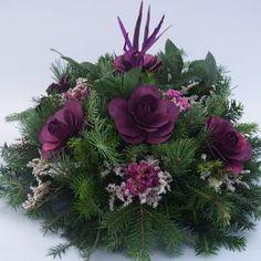 Grave Decorations, Christmas Door Decorations, Xmas Wreaths, Diy Christmas Ornaments, Door Wreaths, Holiday Decor, Beautiful Flower Arrangements, Floral Arrangements, Beautiful Flowers