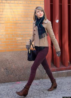 Taylor Swift - Street Style Cute with burgundy skinny jeans & little brown boots. Taylor Swift Skinny, Taylor Swift Moda, Taylor Swift Style Casual, Taylor Swift Fashion, Taylor Swift Outfits, Burgundy Skinny Jeans, Jeans Skinny, Maroon Jeans, Red Jeans