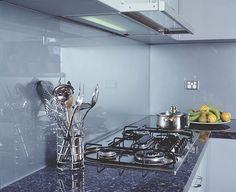 glass splashback, love it Glass Kitchen, Tile Renovation, Kitchen Colors, Kitchen Splashback Inspiration, Kitchen Diner, Kitchen Splashback, Kitchen Benchtops, Farmhouse Kitchen Remodel, Glass Splashback