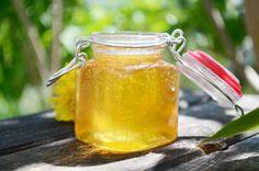 Ein köstlicher Honigersatz ist der Löwenzahnhonig, er wird mit Löwenzahnblüten zubereitet. Nebenbei regt dieses Rezept auch den Stoffwechsel an.