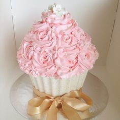 Beautiful giant cupcake... Want this for my birthday since we already have the cupcake silicone pans... Just want to swap the colors to pink shell and white frosting with pink pearls all over... Pretty!