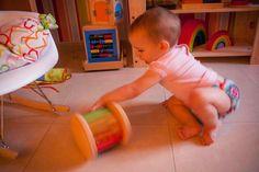 """Continuo con la serie de post """"Montessori para bebés"""" que empezamos el otro día con la franja de edad de 0 a 6 meses. Una vez pasados los primeros seis meses de vida, el bebé ya empieza a interactuar muchísimo más con el medio en el que vive. Es el momento de empezar a desplazarse …"""
