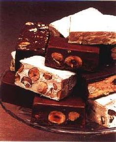 Torrone: È considerato il figlio di un Natale minore rispetto al panettone e al pandoro. Eppure il torrone è il dolce storico della tradizione festaiola dicembrina.