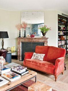 Salón con sofá color coral