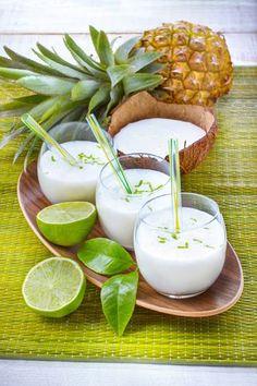 Les jus de fruits frais, nectars et smoothies faciles et rapides. Dégustez le jus de fruit citron vert, ananas et lait de coco. Marielys Lorthios - Photographe professionnelle / photographe culinaire / styliste / Dijon - http://www.marielys-lorthios.com/