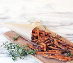 opskrift-på-pomfritter-af-søde-kartofler-sweet-potato-fries-med-parmesan-og-rosmarin-via-acie-3