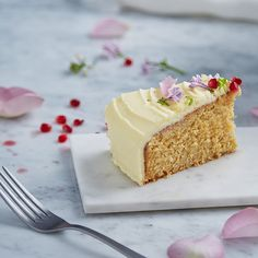 A moist lime and rose cake, delicately decorated with edible flowers. Lime Cake, Desert Ideas, Artisan Food, Edible Flowers, How To Make Cake, No Bake Cake, Communion, Vanilla Cake