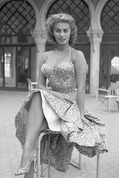 Italian actress Sophia Loren sitting on a chair wearing a floral dress Venice 1955 Old Hollywood Glamour, Vintage Hollywood, Hollywood Stars, Classic Hollywood, Hollywood Icons, Carlo Ponti, Divas, Sophia Loren Images, Sophia Loren Style