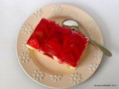 Prajitura cu capsuni si crema de vanilie si jeleu este o prajitura simpla pe care o fac in fiecare an. Un fel de tarta cu capsuni si crema si cu gelatina