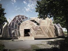 Es una estructura de madera situada en Dinamarca. Se utiliza para reunir gente. En ella hay bar, sala de reuniones, cocinas, salas de estar...Es una bóveda deconstruida