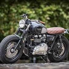 Creative Photo of Triumph Bonneville Custom. Triumph Bonneville Custom This Custom Triumph Bonneville Got A Mean Makeover. Styled when the Bonnies of the and the 'new' Bonneville wa. Triumph Cafe Racer, Triumph Bonneville Custom, Triumph Scrambler, Cafe Racer Bikes, Cafe Racer Motorcycle, Cool Motorcycles, Triumph Motorcycles, Vintage Motorcycles, Cafe Racers