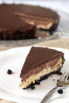 Chocolademousse cheesecake taart met Oreo bodem Chocolate mousse cheesecake cake with oreo bottom Chocolate Pastry, Homemade Chocolate, Chocolate Cakes, Köstliche Desserts, Delicious Desserts, Yummy Food, Cheesecake Cake, Oreo Cheesecake Recept, Cake Recipes