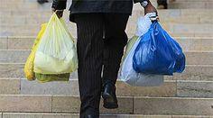 """Cap 10 Pg 42 """"Ha llegado a las ocho en punto con unas bolsas de un supermercador."""" Angela llega con bolsas de comdia."""