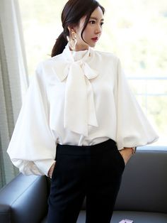 Pussy Bow Blouse Style Guide: A Classic Item You Can't Miss in Wardrobe Sexy Blouse, Bow Blouse, Office Looks, Blouse Styles, Blouse Designs, Womens Trendy Tops, Stylish Tops, Casual Skirt Outfits, Sexy Outfits