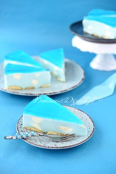 Himmlischer Quarkkuchen Recipe for Heavenly Quark Cake. A jelly quark cake with the blue jelly and cream clouds or cream dab. The cream dabs give the cake a special kick. The quark cake is light, fluffy and refreshing. Cute Desserts, Delicious Desserts, Yummy Food, Cheesecake Recipes, Cookie Recipes, Dessert Recipes, Matcha Cookies, Jelly Cake, Food Cakes