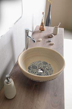 Designové keramické umyvadlo kulaté Priori bez přepadu na desku. Cena 3990 Kč.