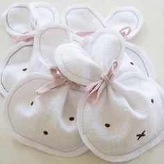Kleine Ostergeschenke für die Cousinen ,kleine hasen mit einem Schokoei #ostern #DIY #nähenmachtspass #nähen #osterideen #hasentasche #schnellesdiy