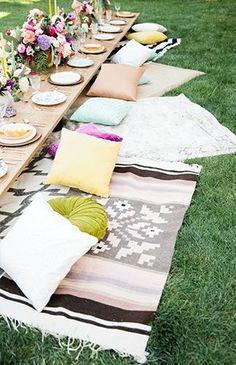 Boho Party - dazu einfach ein paar Backsteine aufeinanderstapeln, Holzplatten drauflegen und zum Sitzen große Tücher, Teppiche, Läufer und Kissen ausbreiten.